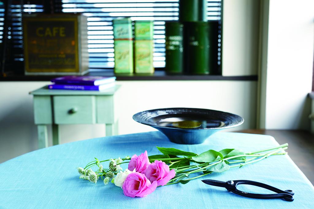【初めてさんもOK】お家でも簡単にできる身近なものを使った生け花の方法